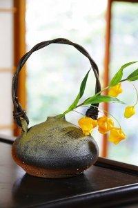 Shigaraki pottery Japanese small vase Iwasai wood handle H 8cm